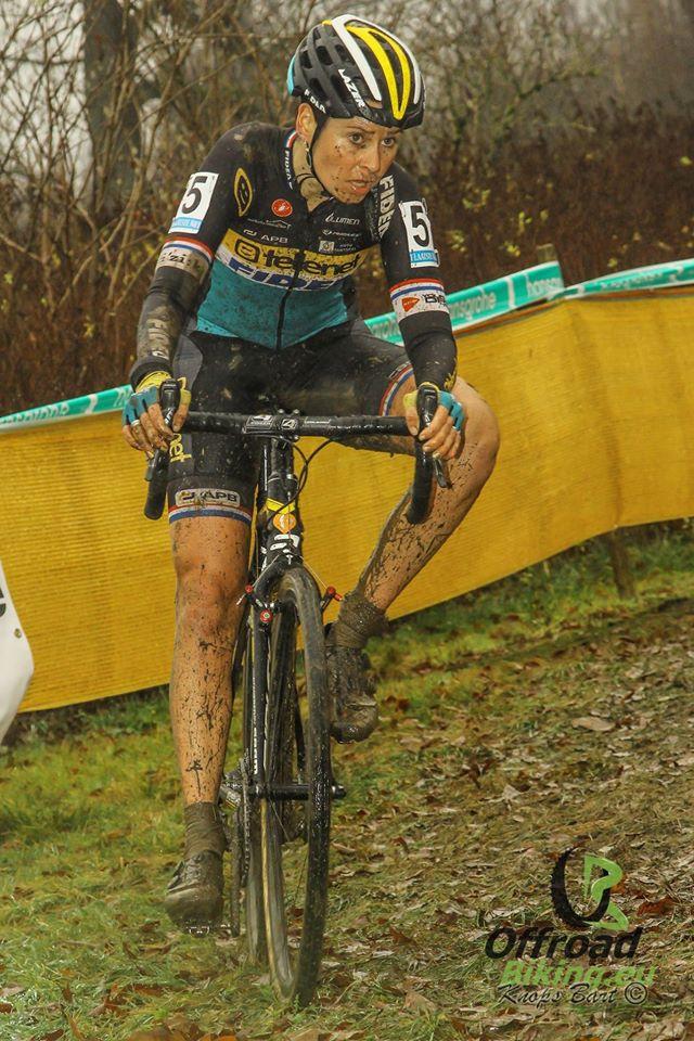 Nikki Harris wint wereldbekercross in Namen