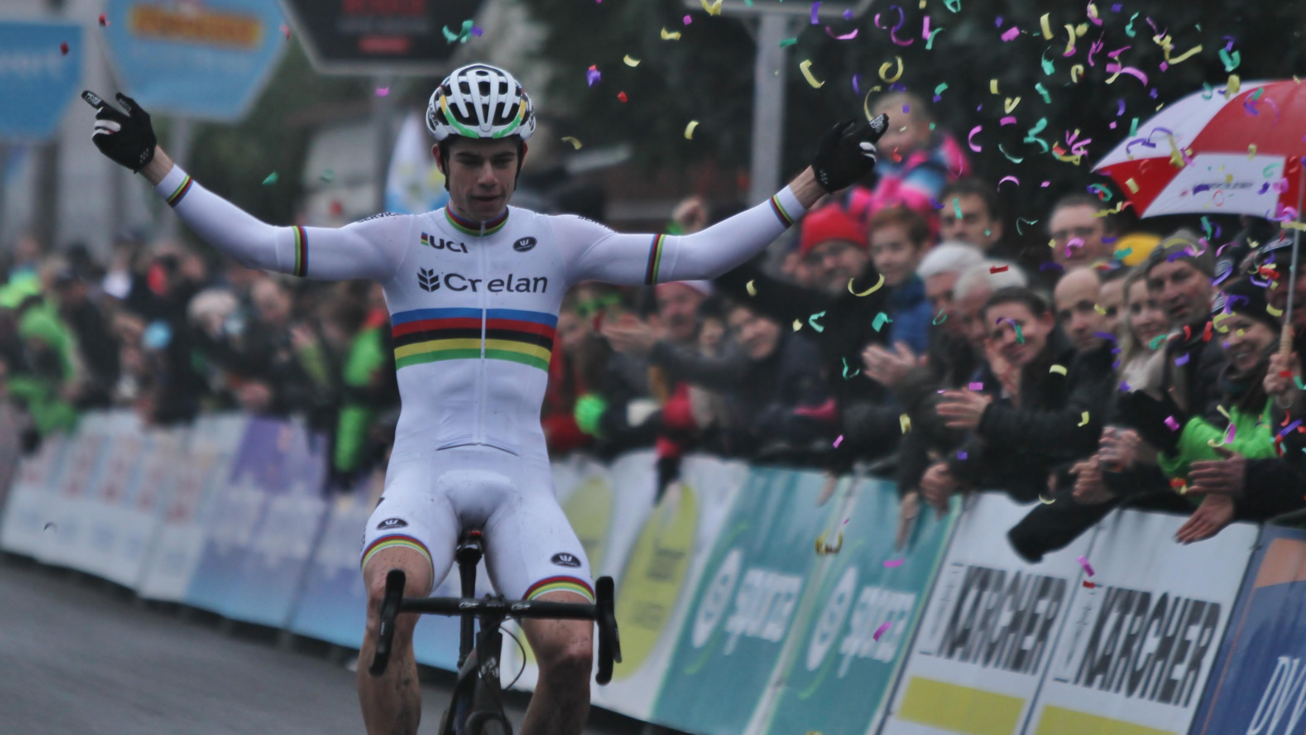 Wout Van Aert toont zich de betere in Bredene en pakt 13e overwinning van het seizoen