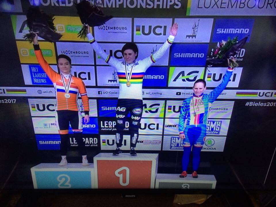 Sanne Cant verslaat Marianne Vos en is wereldkampioene