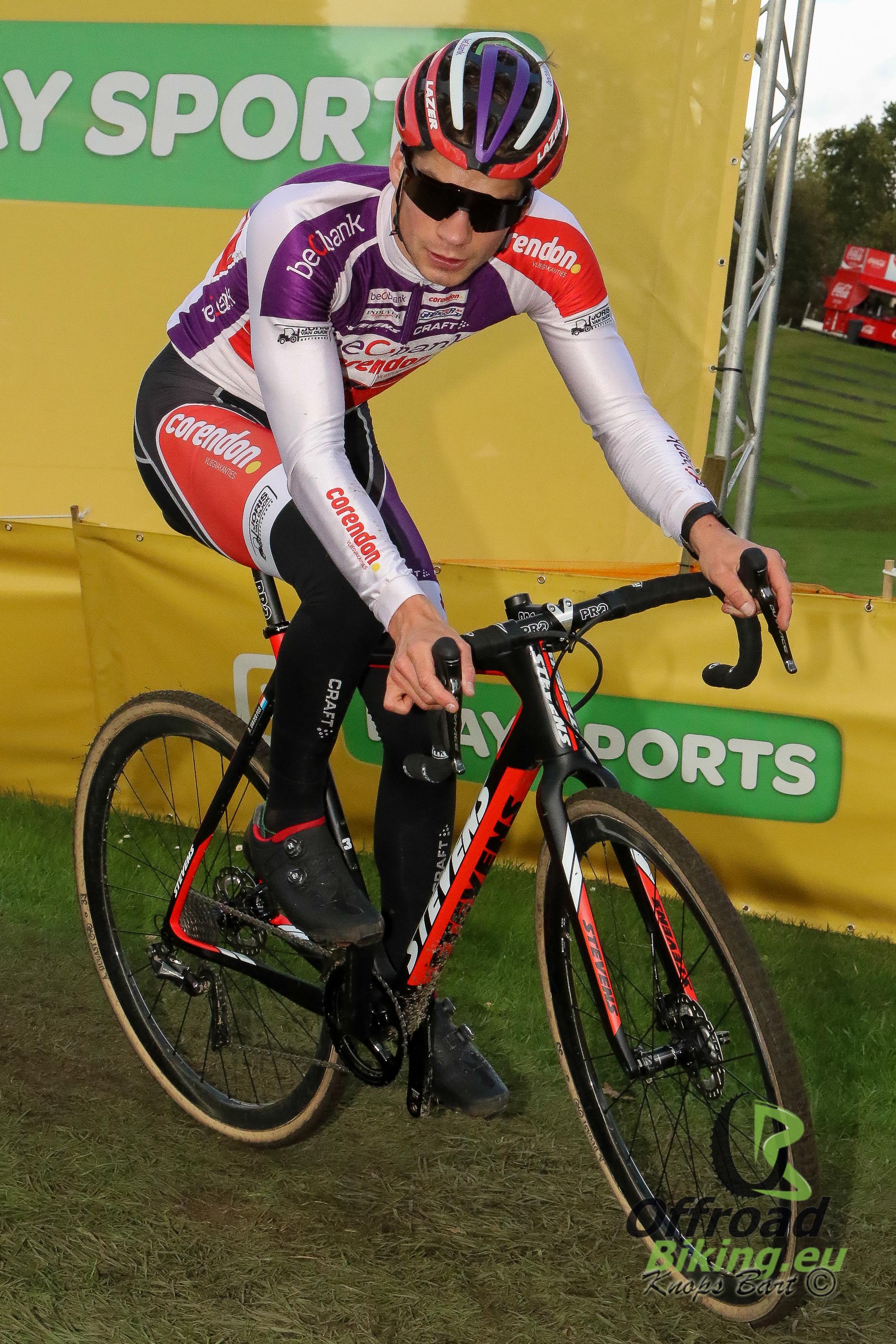David van der Poel pakt winst in de Zilvermeercross te Mol