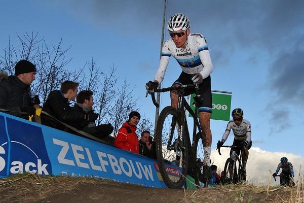 Mathieu van der Poel pakt de overwinning in Nommay en hierdoor ook de eindwinst in de Wereldbeker