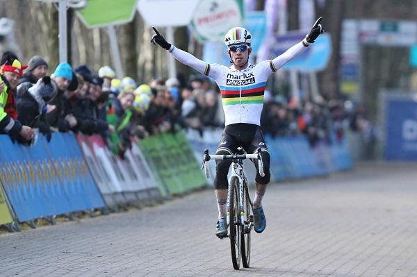 Eli Iserbyt domineert de wedstrijd bij de beloften in Lille