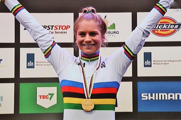 Evie Richards maakt favorietenrol waar en is wereldkampioene U23