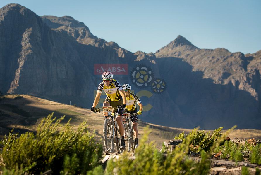 Kulhavy-Grotts en Langvad-Courtney winnen vijfde rit in Cape Epic, Frans Claes twaalfde