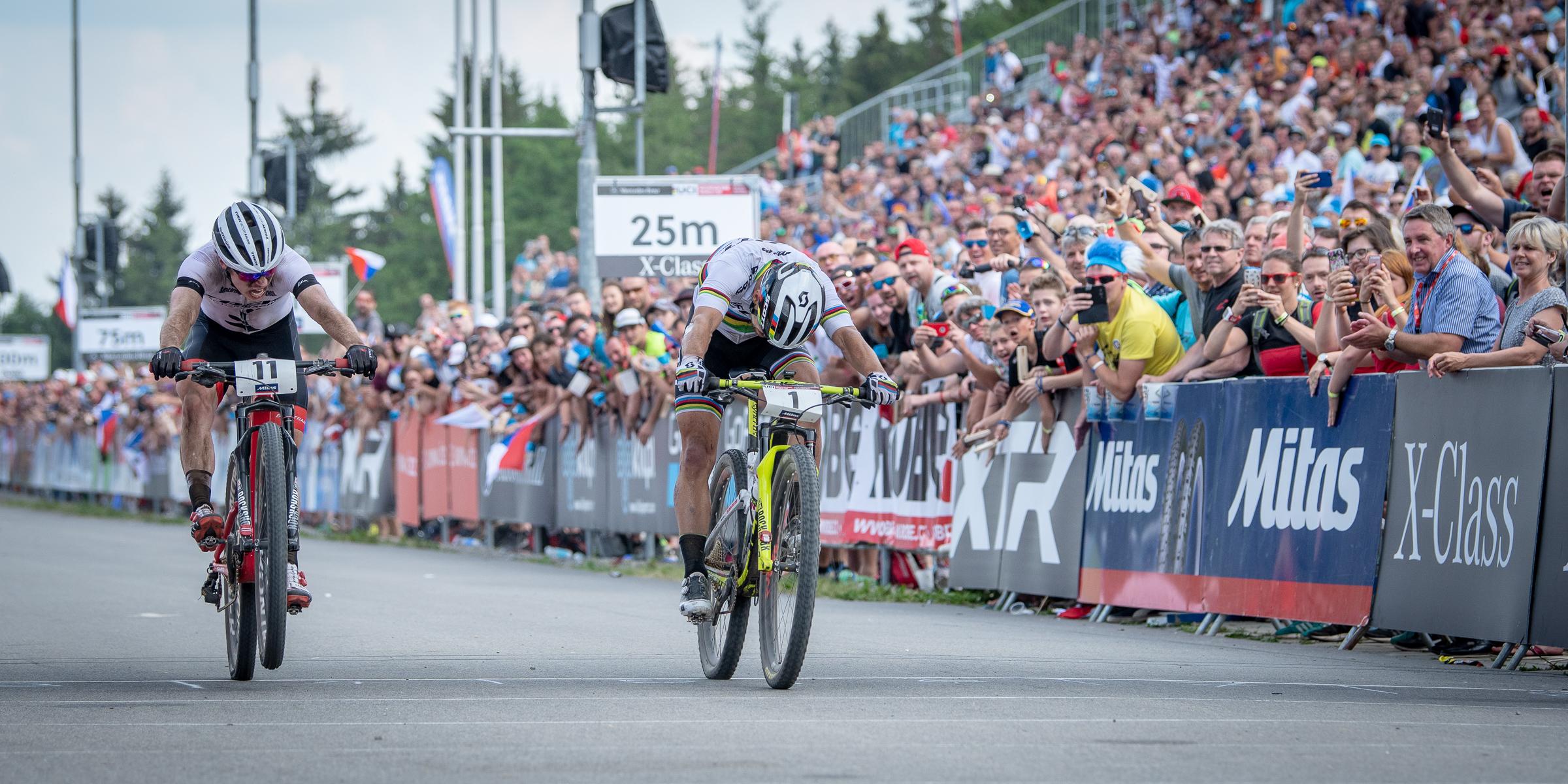 Nino Schurter wint in millimeterspurt in wereldbeker Nove Mesto