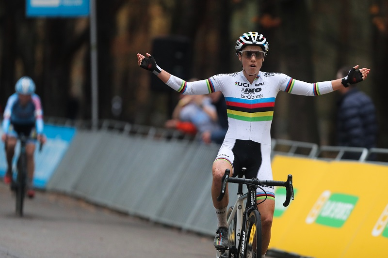 Sanne Cant zegeviert in Zilvermeercross in Mol