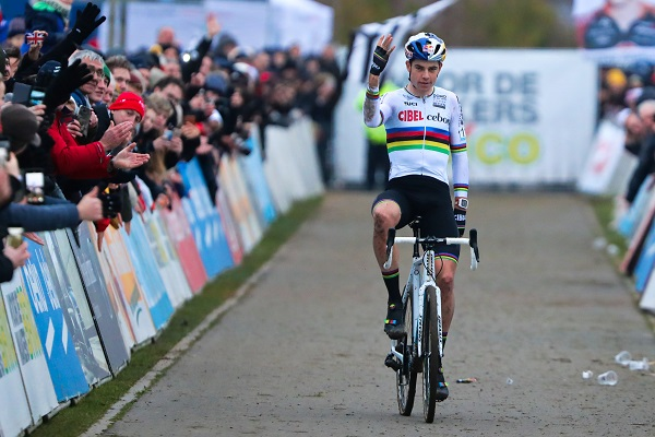 Wout van Aert wint Bricocross in Bredene