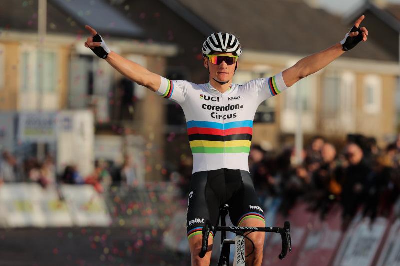 Mathieu van der Poel zegeviert in zijn laatste cross van het seizoen in Hulst