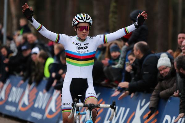 Sanne Cant wint voor eigen volk in Lille en pakt eindwinst in DVV Verzekeringen Trofee