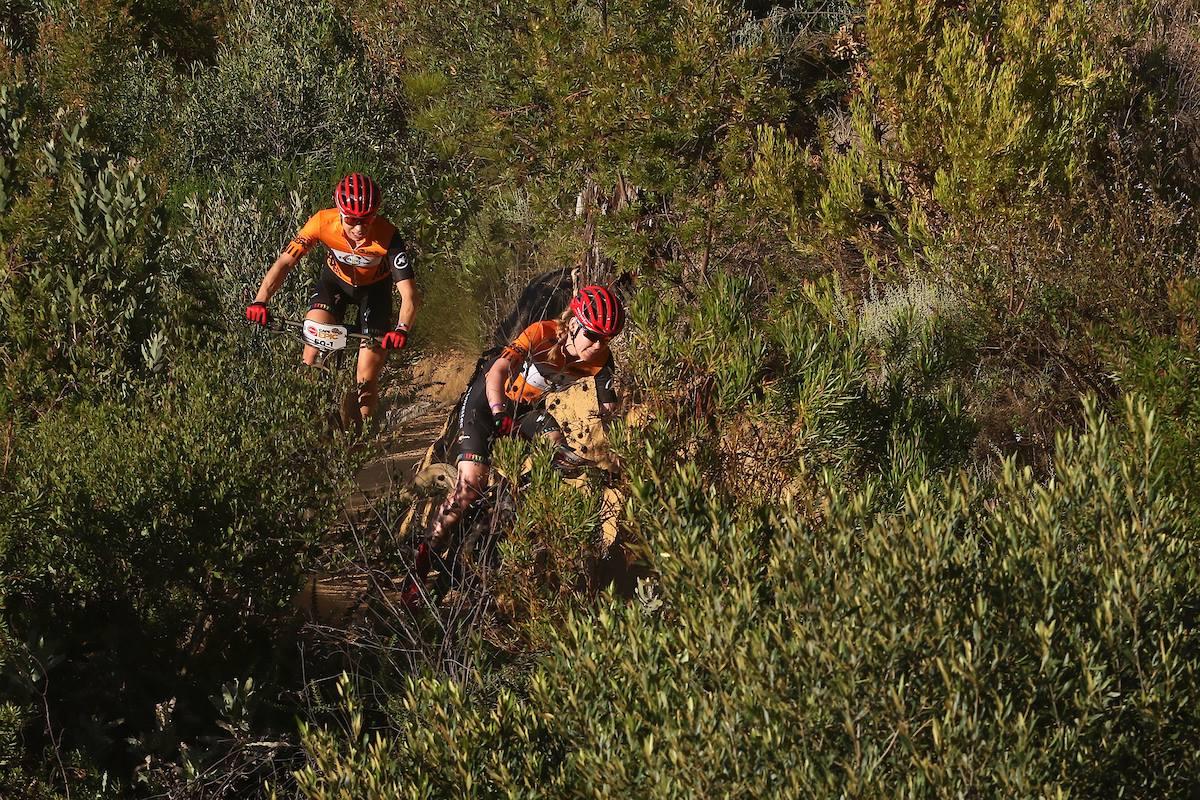 Leidsters van der Breggen-Langvad zegevieren in voorlaatste rit Cape Epic