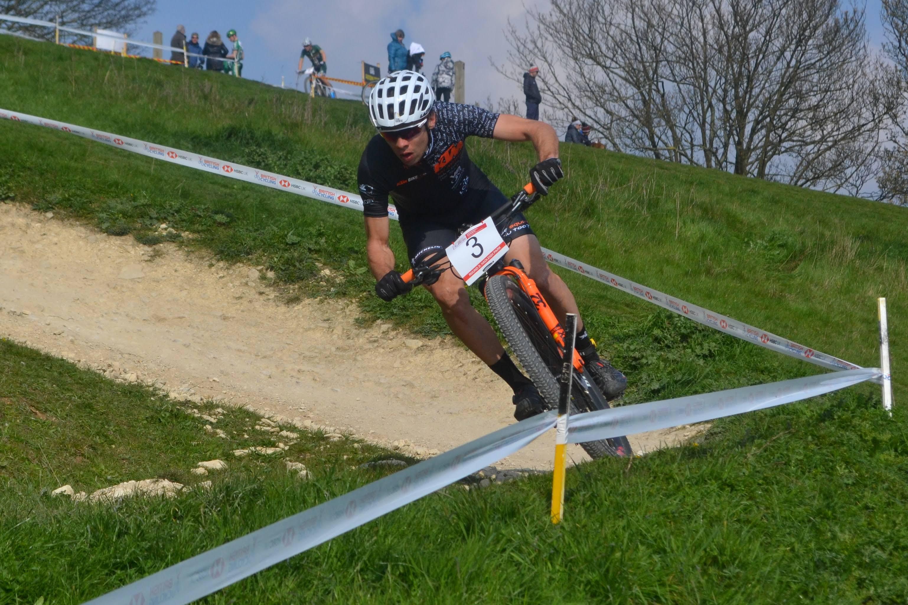 KTM Bikevision bikers reden in Saalhausen en Hadleigh Park