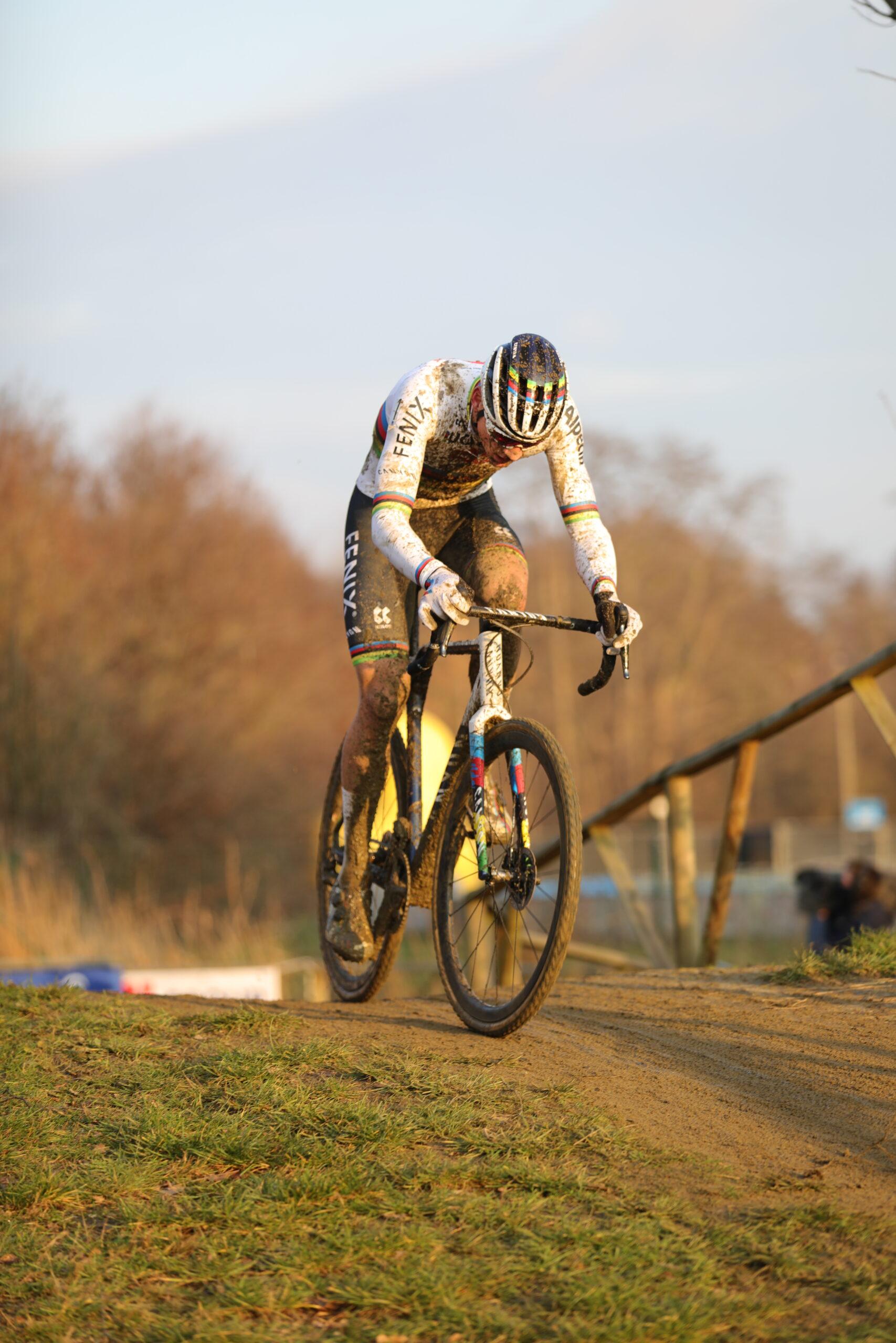 Overmacht van Mathieu van der Poel tijdens de Flandriencross in Hamme