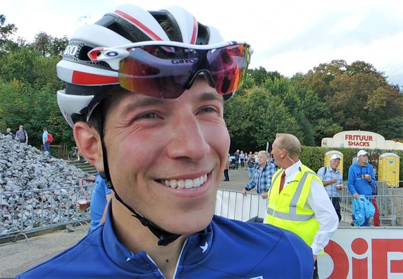 Jeremy Powers ijvert voor drankbevoorrading tijdens erg warme cyclocrossen