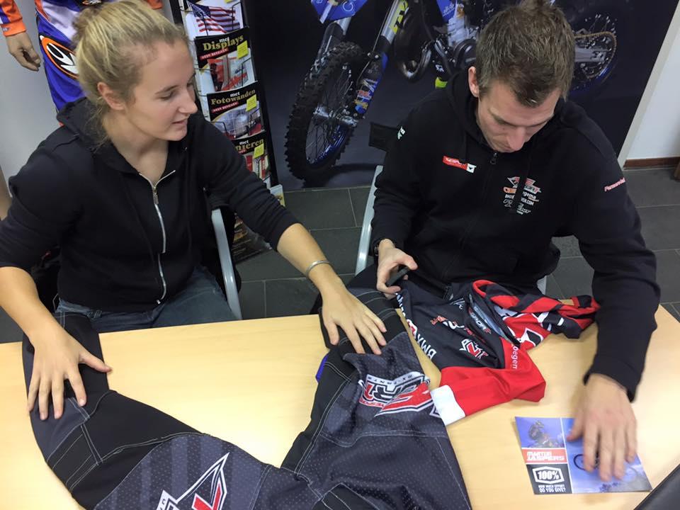 TVE rijders Laura Smulders en Martijn Jaspers leggen laatste hand aan teamkleding.