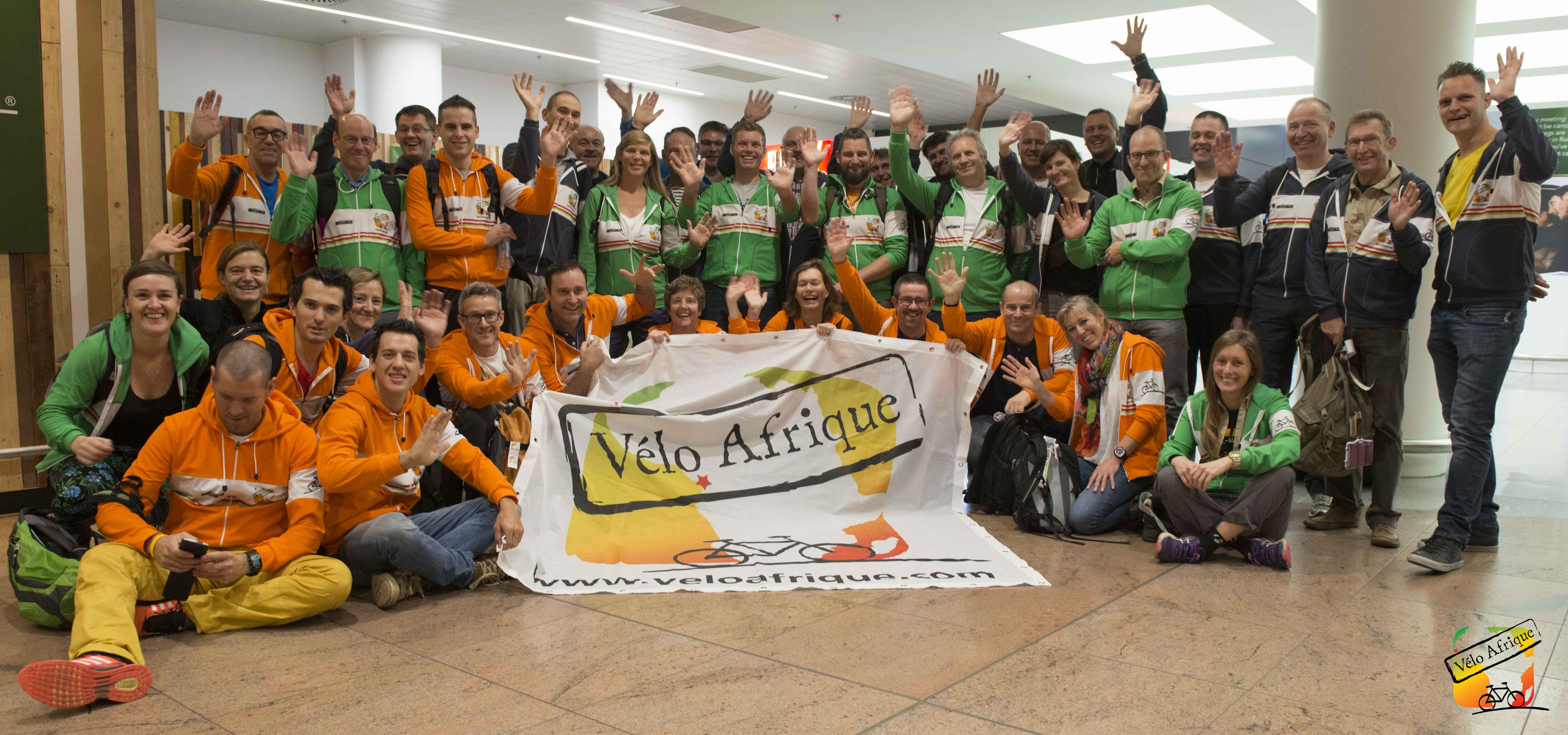 Tom Meeusen wuift Vélo Afrique deelnemers uit