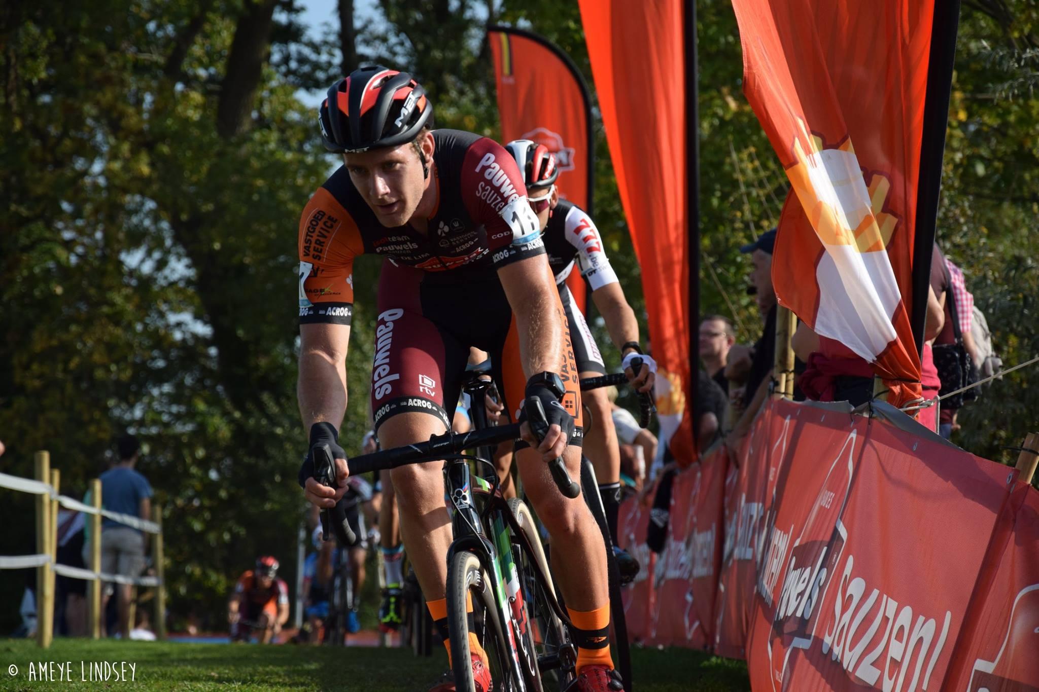 Daan Soete wint in Lokeren, Mathieu van der Poel geeft op met verzwikte enkel