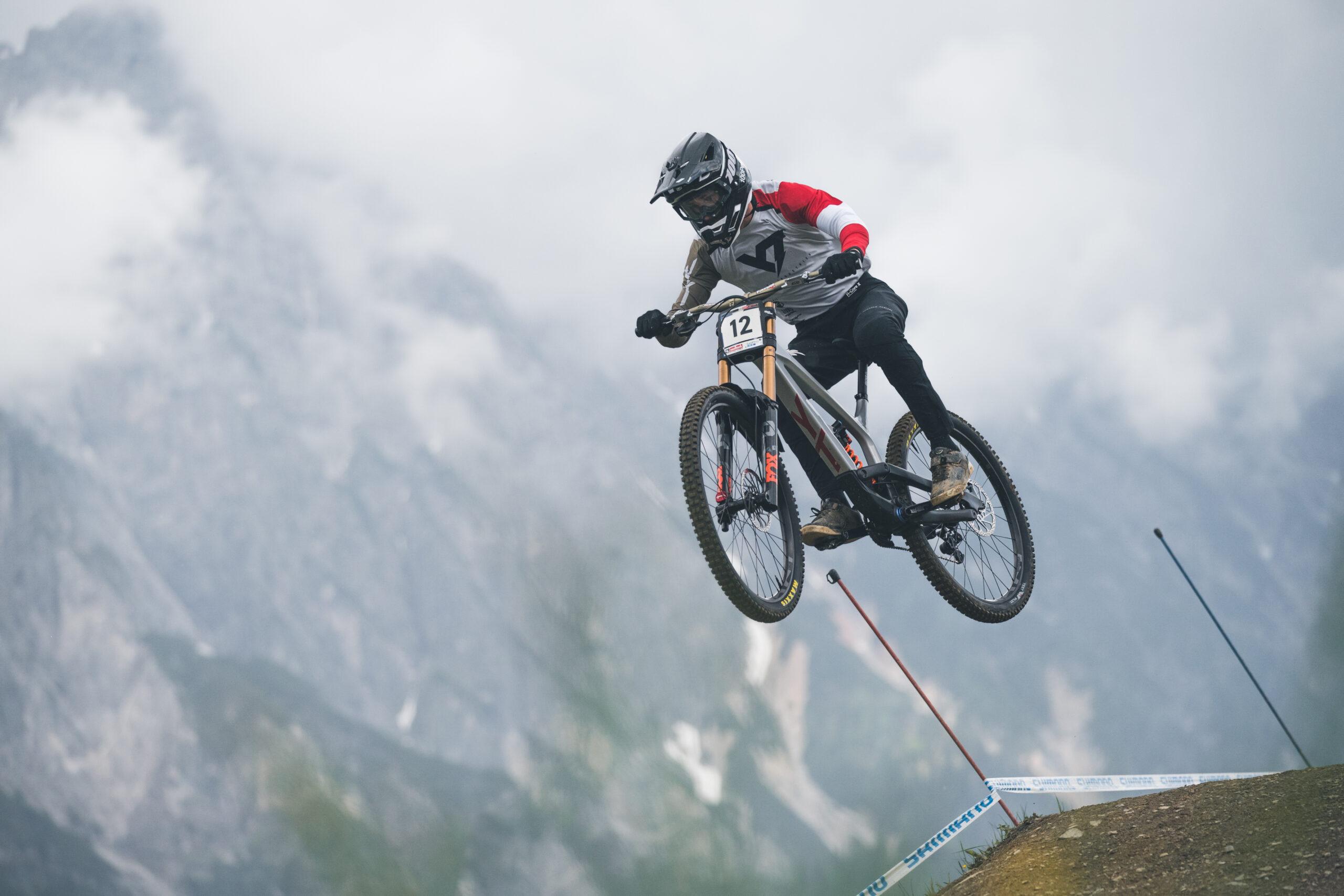 Troy Brosnan en Vali Höll winnen kwalificaties downhill Leogang