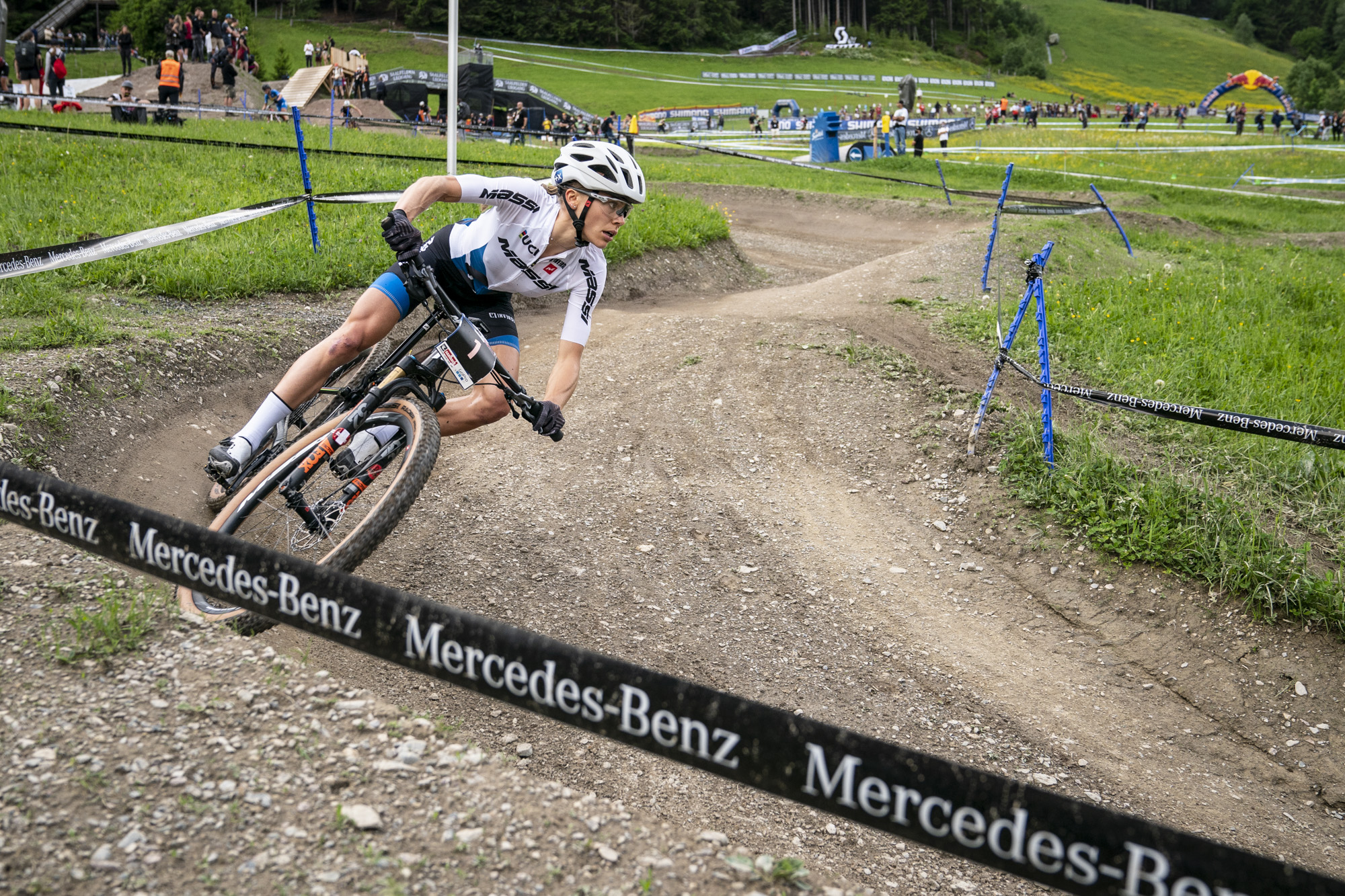 Mathias Flückiger en Loana Leconte winnen shorttrack in Leogang, Jens Schuermans achtste