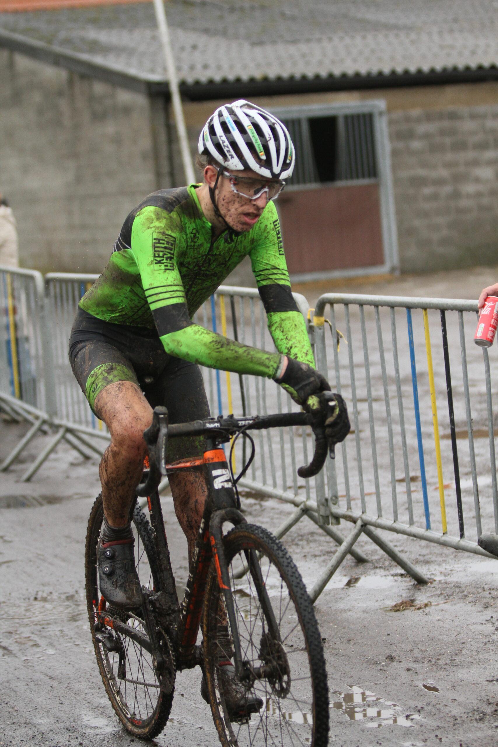 De moddercross in Kasterlee is bij de elites 2 gewonnen door Robin Alderweireld
